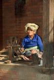 Laines de rotation de dame âgée, Katmandou, Népal Photos libres de droits