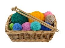Laines et pointeaux de tricotage dans le panier Photographie stock libre de droits