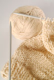 Laines et tissu de pointeau de tricotage photo stock