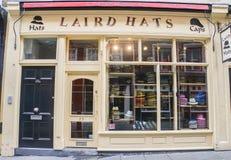 Laird Hats shoppar lokaliserat på Shoreditch för folk som shoppar i London royaltyfria bilder