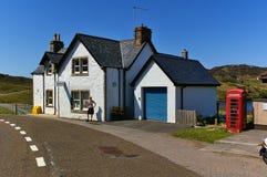 Lairg, Schotland - Mei zevenentwintigste, 2012 - Rhiconich-politiebureau met rode telefooncel Royalty-vrije Stock Afbeelding