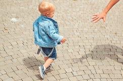 Laisse juste aller marcher illusytration avec les nuages, le soleil et la poussette Peu promenade de bébé extérieure Petit bébé s photos stock