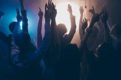 Laisse la photo de danse toute la nuit de l'assistance a soulevé des mains vers le haut d'encourager images stock