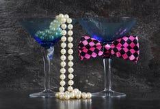 Laisse le mâle de partie et les verres de cocktail femelles Image libre de droits