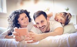 Laisse prendre une photo de notre famille heureuse image libre de droits