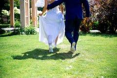 Laisser le marié avec la jeune mariée Photo libre de droits
