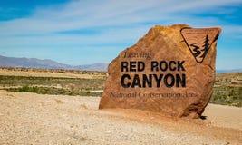 Laisser le signe du canyon rouge de roche images libres de droits