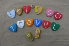 Laissez le ` s aller le voyage, composition multicolore conceptuelle en pierres au-dessus du sable de plage illustration de vecteur