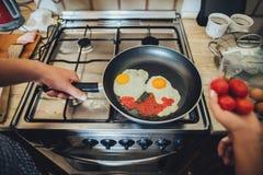Laissez le ` s faisant cuire l'amour Jeunes couples de petit déjeuner romantique au kitc Images libres de droits