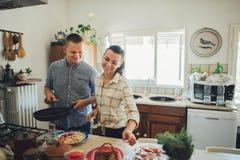 Laissez le ` s faisant cuire l'amour Jeunes couples de petit déjeuner romantique au kitc Image stock