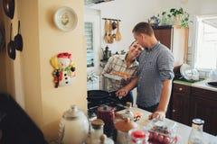 Laissez le ` s faisant cuire l'amour Jeunes couples de petit déjeuner romantique au kitc Photos libres de droits