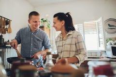 Laissez le ` s faisant cuire l'amour Jeunes couples de petit déjeuner romantique au kitc Images stock