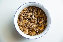 Laissez le ` s obtenir à ceci des champignons et enlever quelque chose délicieuse ! Image stock