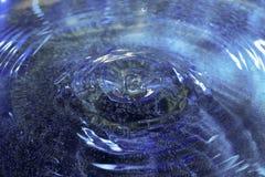 Laissez tomber la chute dans l'eau Image libre de droits