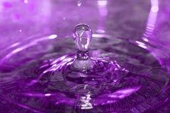 Laissez tomber la chute dans l'eau Photo stock