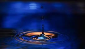Laissez tomber la chute dans l'eau avec la réflexion Photos stock