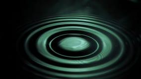 Laissez tomber la chute dans le mouvement lent superbe dans l'eau clips vidéos