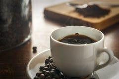 Laissez tomber la chute dans une tasse de café de cuisson à la vapeur Image libre de droits