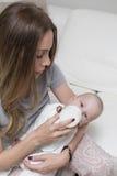 Lait boisson de bébé d'une bouteille Photo libre de droits