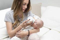 Lait boisson de bébé d'une bouteille Images libres de droits