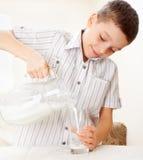 Lait boisson de garçon pour Photographie stock libre de droits