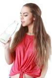 Lait boisson de jeune femme, sur le fond blanc Photos stock