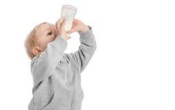 Lait boisson de petit garçon de bouteille Images stock