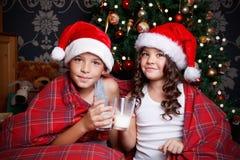 Lait boisson mignon de petits enfants Photographie stock