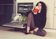 Lait boisson triste de femme dans la cuisine image stock