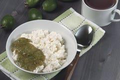 Lait caillé avec le bourrage de feijoa pour le déjeuner Photographie stock