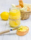 Lait caillé de citron avec la baguette légèrement grillée photos libres de droits