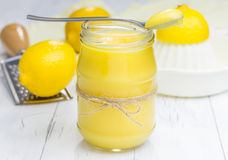 Lait caillé de citron dans un pot en verre images stock