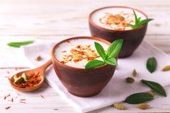 Lait caillé indien de lassi avec le cardamon, la menthe, la vanille et le safran Images stock