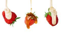 Lait condensé et confiture versés par ensemble de fraise sur le fond blanc Images libres de droits