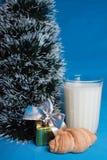 Lait, croissants, souvenir près d'arbre de Noël Photo stock