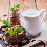 Lait d'amande avec des ingrédients pour le petit déjeuner sain Photographie stock libre de droits