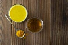Lait d'or de safran des indes Boisson saine faite avec le safran des indes et le miel Remède pour beaucoup de maladies Fond en bo photos libres de droits