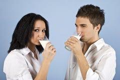 Lait de consommation de couples de la jeunesse Images stock