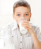 Lait de consommation de garçon pour le déjeuner Photographie stock libre de droits