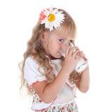 Lait de consommation de petite fille Image libre de droits