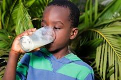 lait de consommation de garçon Photos stock