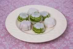 Lait de noix de coco au-dessus de dessert de gélatine en fleur formée Photo libre de droits