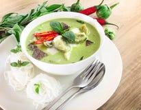 Lait de noix de coco crémeux de cari vert avec le poulet, nourriture thaïlandaise populaire images stock