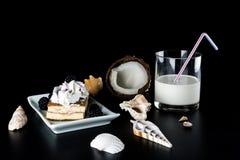 Lait de noix de coco en verre avec une paille et un gâteau avec des mûres photo libre de droits