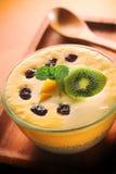 Lait de poule de mangue d'été avec Chia Seed Pudding Image libre de droits