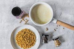 Lait de soja avec les haricots frais photographie stock