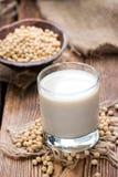 Lait de soja avec quelques graines photos libres de droits