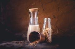 Lait de soja avec quelques graines sur le fond en bois Photos libres de droits