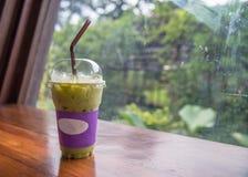 Lait de thé vert sur la table en bois Photo libre de droits