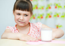 lait en verre de fille Images stock